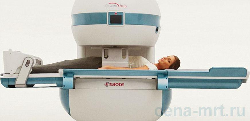 Пациентке делают МРТ поясничного отдела позвоночника на томографе Esaote G-SCAN